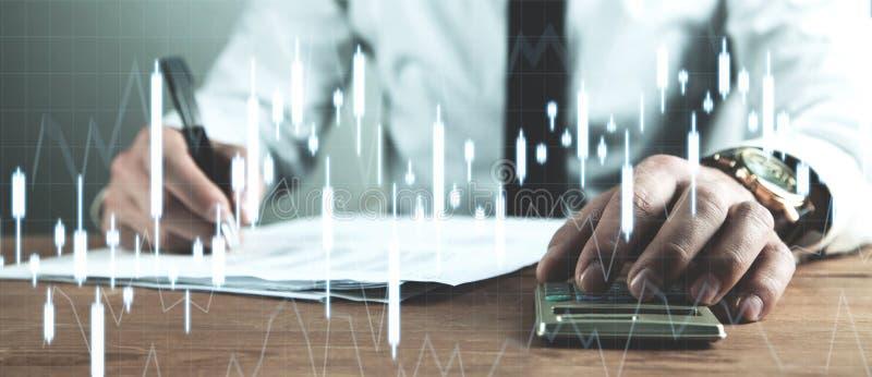 Zakenmanboekhouding en het analyseren van investeringsgrafieken Zaken stock afbeelding