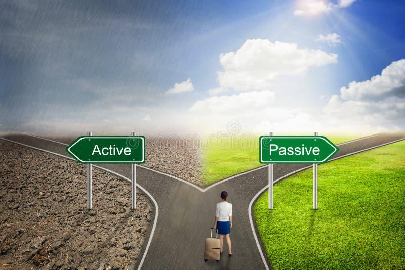 Zakenmanconcept, Actieve of Passieve weg aan de correcte manier stock afbeeldingen
