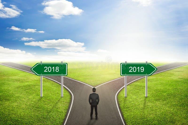 Zakenmanconcept, de weg van 2018 of van 2019 aan de correcte manier royalty-vrije stock afbeelding