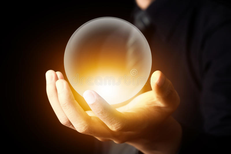 Zakenmanhand die Crystal Ball houden stock afbeeldingen