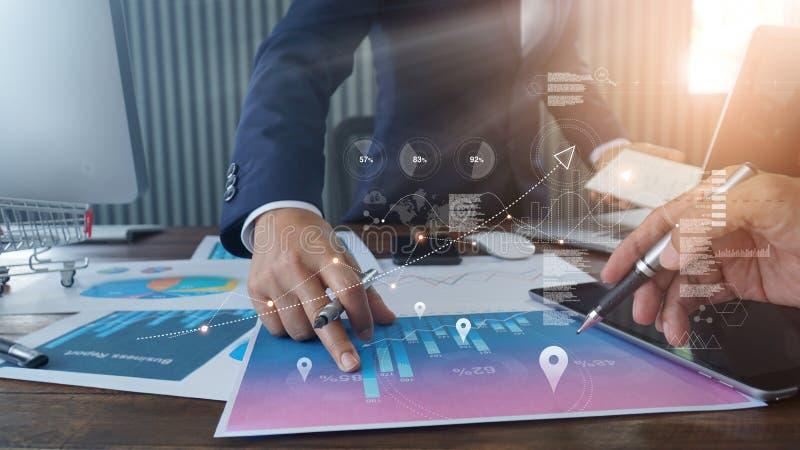 Zakenmanhand die op bedrijfsrapportdocument tijdens bespreking richten en de economische groei van verkoopgegevens met grafiek an royalty-vrije stock afbeelding