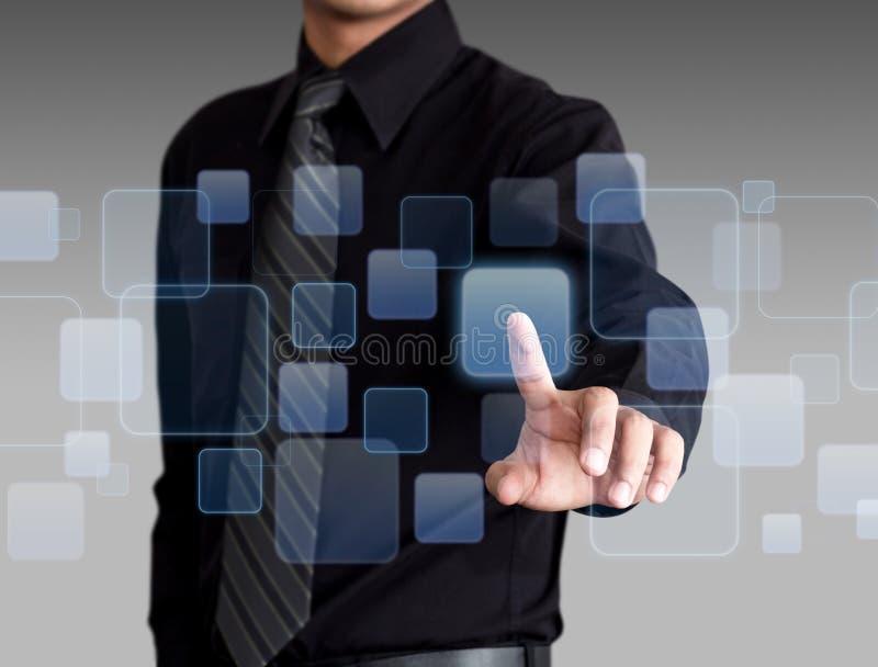 Zakenmanhand die sociaal media en voorzien van een netwerk op een interface van het aanrakingsscherm duwen stock foto