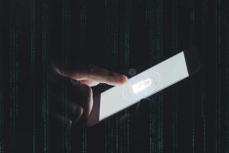 Zakenmanhand die Telefoon met Cyber-de zaken met behulp van van de veiligheidsbaan royalty-vrije stock afbeeldingen
