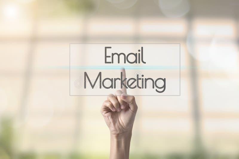 Zakenmanhand drukken die E-mail marketing verwoorden stock foto