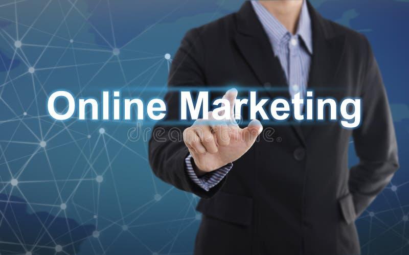 Zakenmanhand het drukken knoop online marketing royalty-vrije stock foto