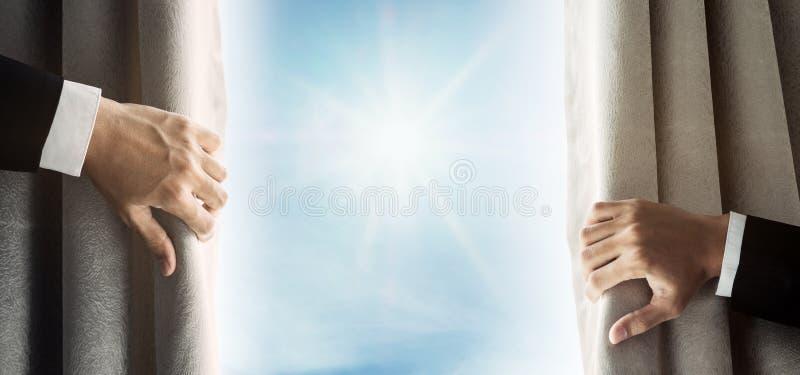Zakenmanhand het openen gordijn, die helder licht in de ochtend ontvangen stock afbeelding