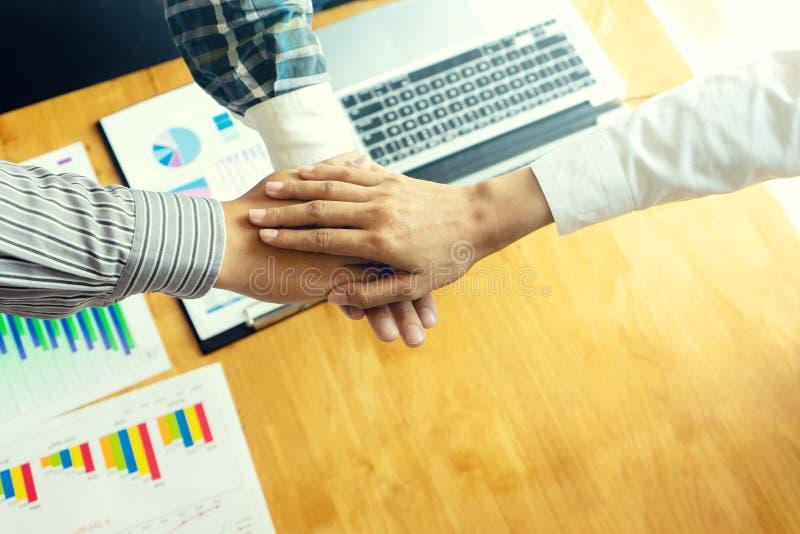 zakenmanhand samen met een andere zaken stock afbeeldingen
