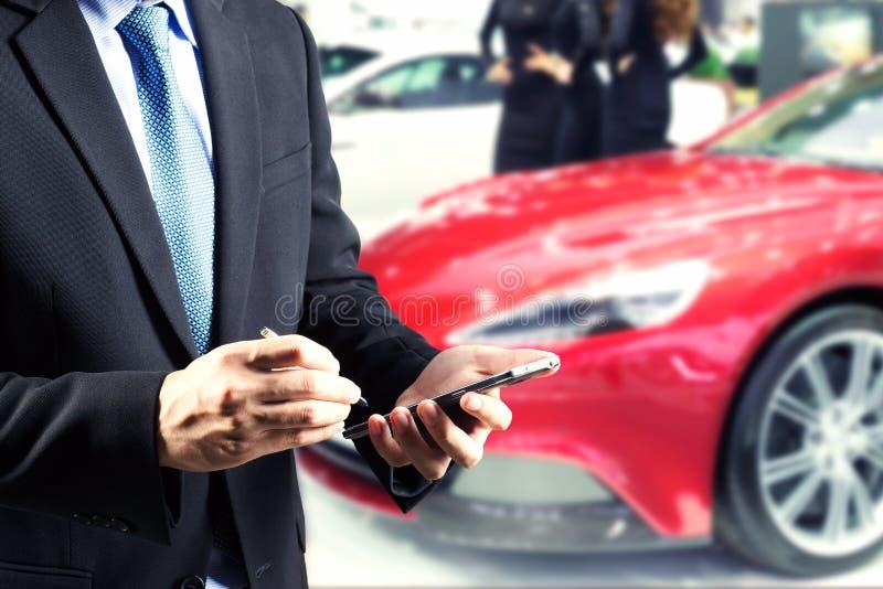 Zakenmanhanden die handel houden boekend gebruikend slimme telefoon met vage achtergrond stock fotografie