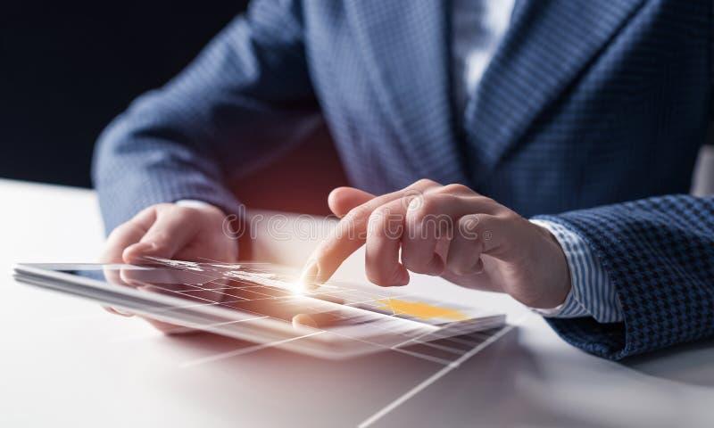 Zakenmanhanden die tabletcomputer met behulp van royalty-vrije illustratie