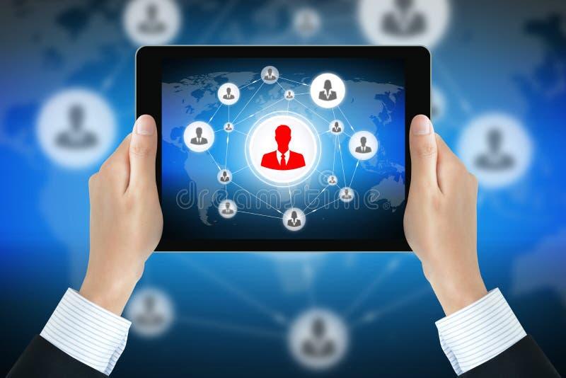 Zakenmanhanden die tabletpc met het netwerk van het zakenluipictogram op het scherm houden royalty-vrije stock afbeeldingen
