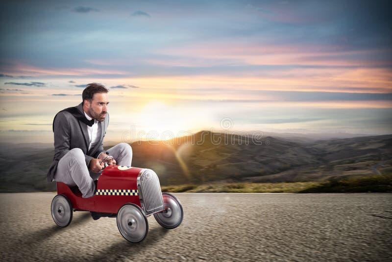 Zakenmanlooppas met zijn auto op de weg stock fotografie