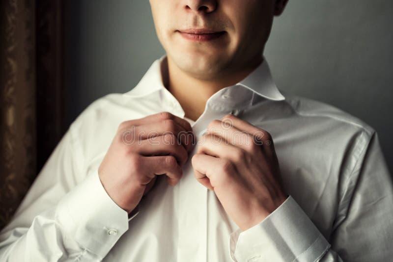 Zakenmanoverhemd De man in het witte overhemd in cufflinks van de vensterkleding Politicus, mensen` s stijl, Zakenman het dichtkn stock foto's