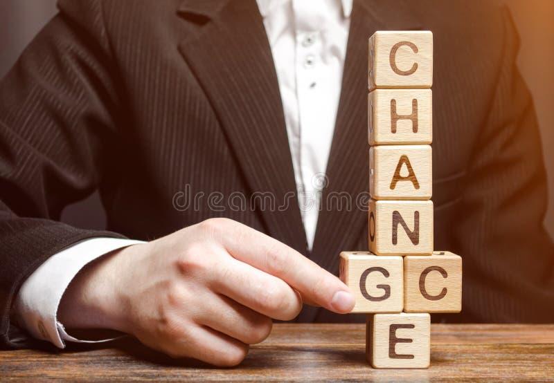 Zakenmanpunten aan houten blokken met de woordverandering in Kans Persoonlijke Ontwikkeling De carrièregroei of veranderings zelf royalty-vrije stock afbeelding