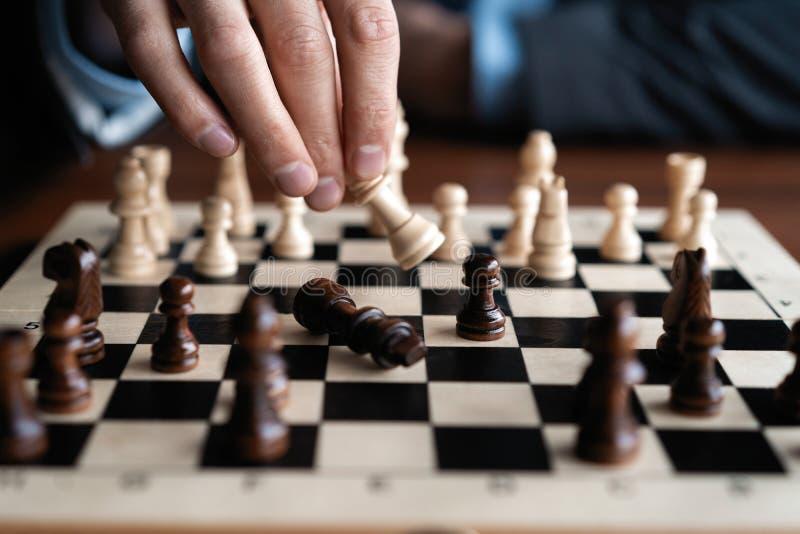 Zakenmanspel met schaakspel concept bedrijfsstrategie en tactiek stock afbeeldingen