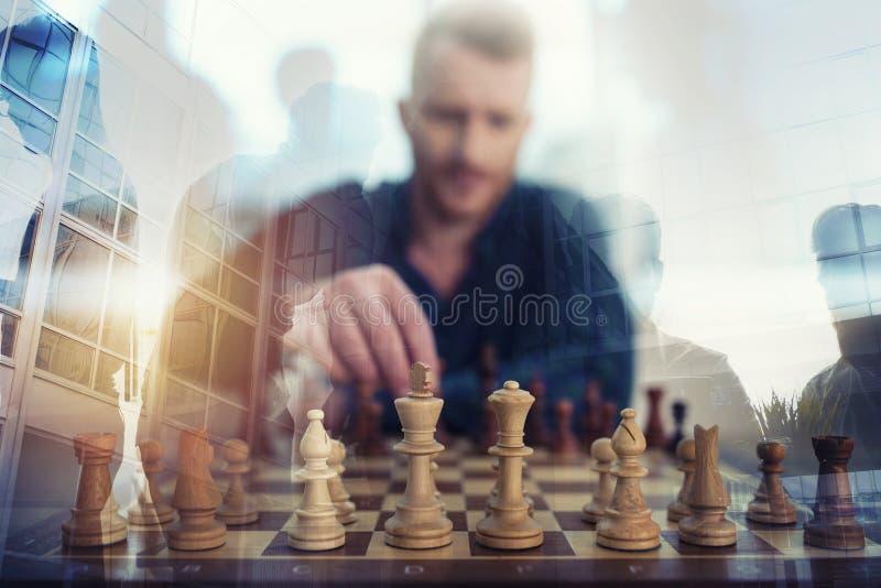 Zakenmanspel met schaakspel concept bedrijfsstrategie en tactiek Dubbele blootstelling royalty-vrije stock foto's