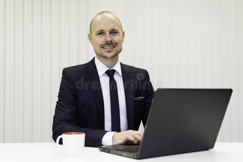 Zakenmanzitting bij bureau het typen op laptop computer royalty-vrije stock foto's