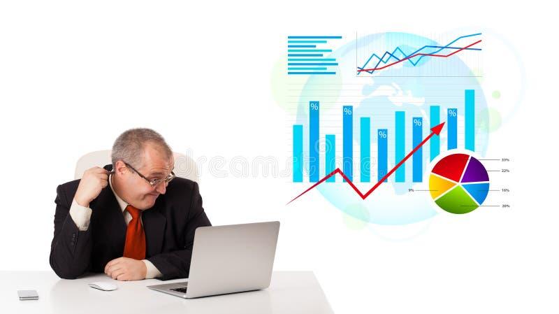 Download Zakenmanzitting Bij Bureau Met Laptop Stock Foto - Afbeelding bestaande uit financieel, verhoging: 39100734
