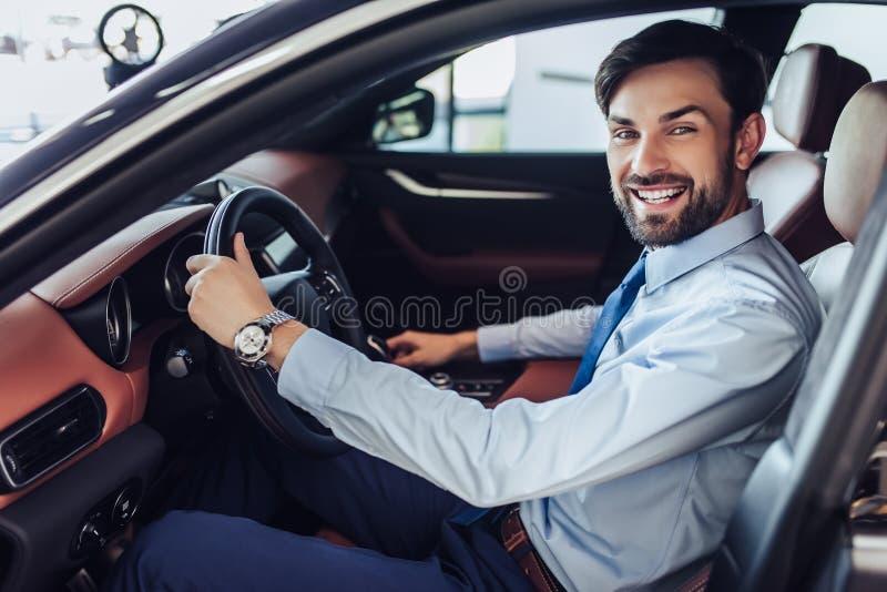 Zakenmanzitting in de auto stock afbeelding
