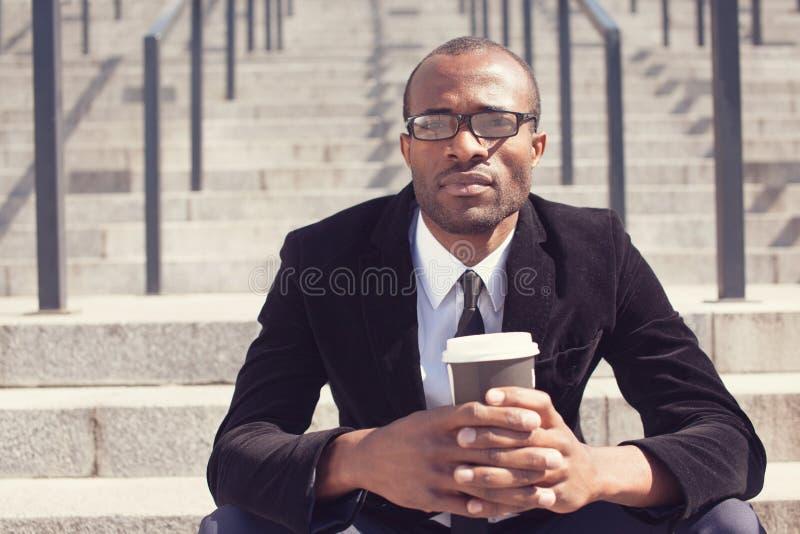 Zakenmanzitting met koffie tijdens een lunch stock afbeelding