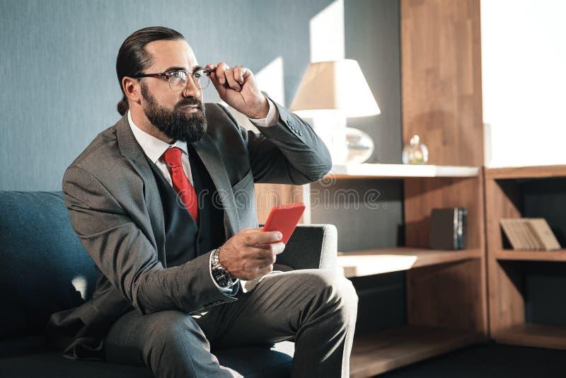 Zakenmanzitting op bank terwijl het wachten op zijn investeerder royalty-vrije stock afbeeldingen