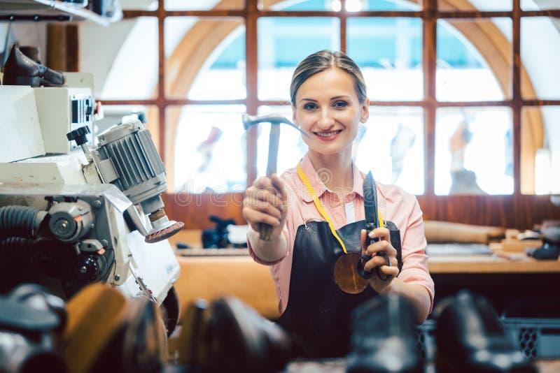 Zakenportret van eigenaar in haar kleine bankwerkplaats stock afbeelding