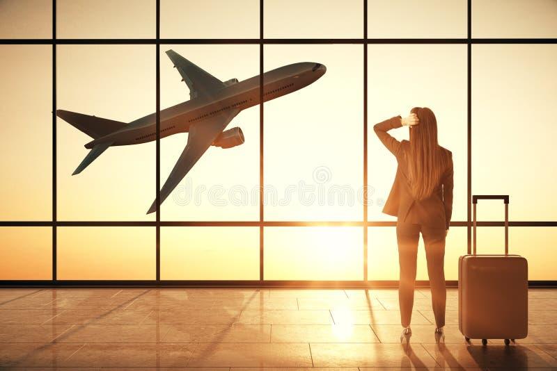 Zakenvrouw in het interieur van de creatieve luchthaven royalty-vrije stock foto