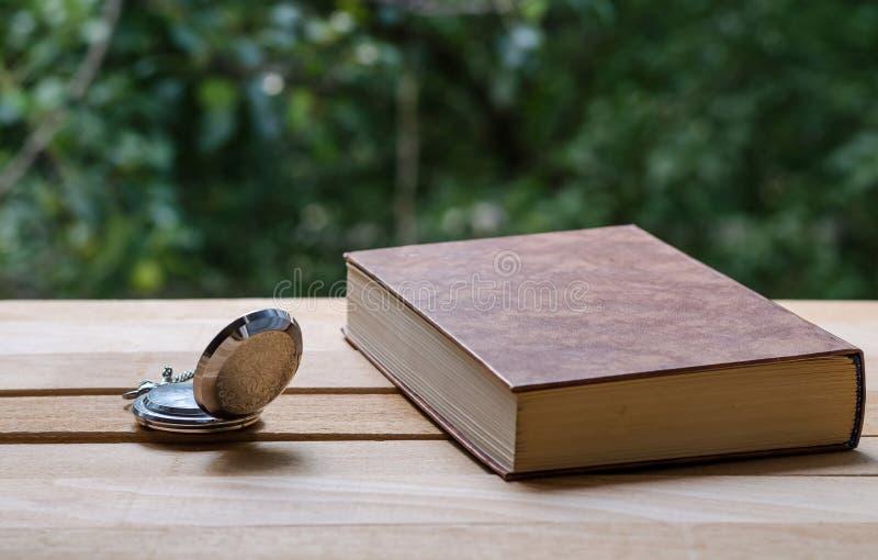 Zakhorloge en het boek stock afbeeldingen