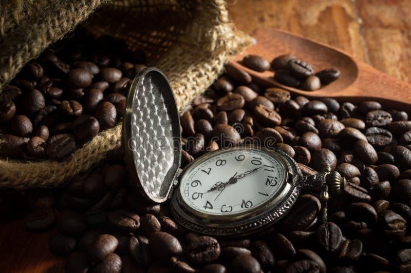 Zakhorloge op Koffiebonen met zak stock fotografie