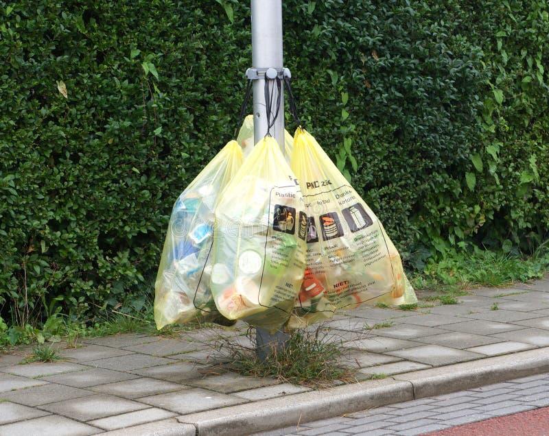 Zakken die plastic afval in Nederland bevatten royalty-vrije stock foto's