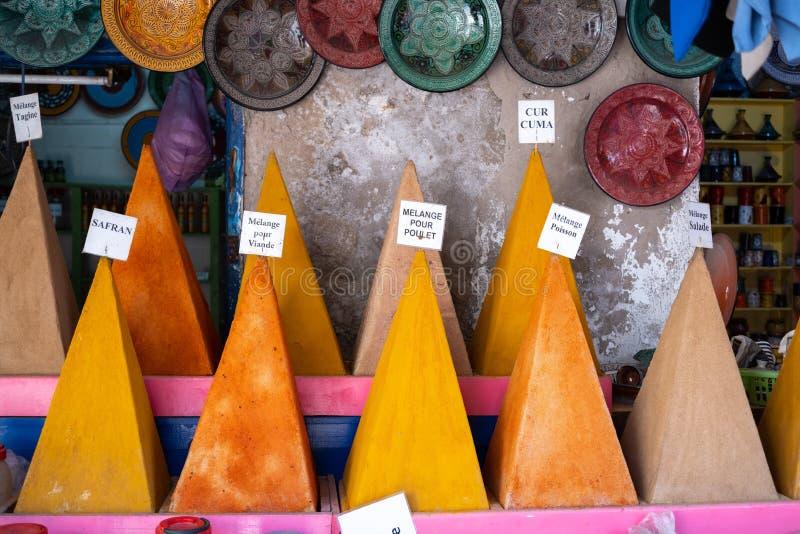 Zakken van kruiden en kruiden voor verkoop in souk, Medina, Marrakech, Marokko royalty-vrije stock afbeelding