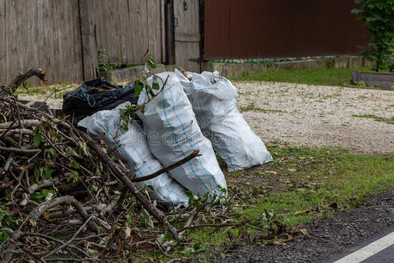 Zakken vuilnis aan de kant van een landweg stock foto