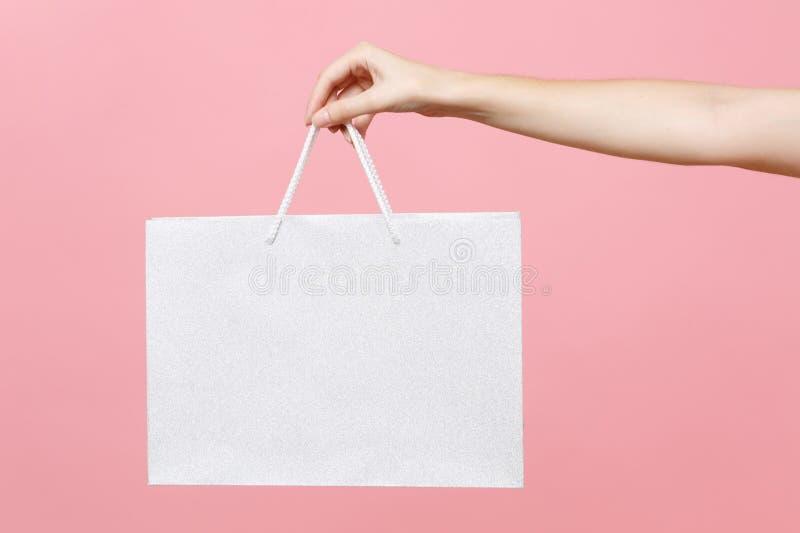 Zakończenie w górę żeńskich chwytów w ręka bielu jasnego rzemiosła papieru prezenta pustej pustej torbie dla zakupów po robić zak obrazy royalty free