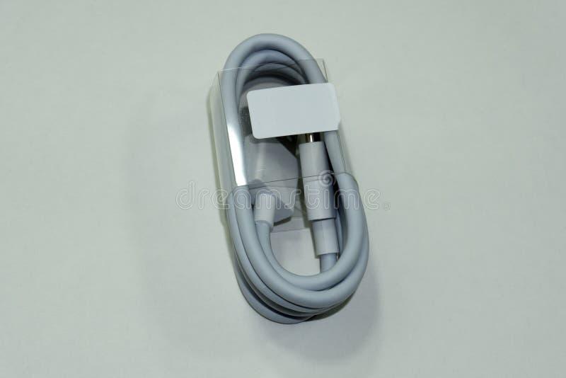 Zakończenie w górę białej USB kabla prymki na białym tle obrazy royalty free