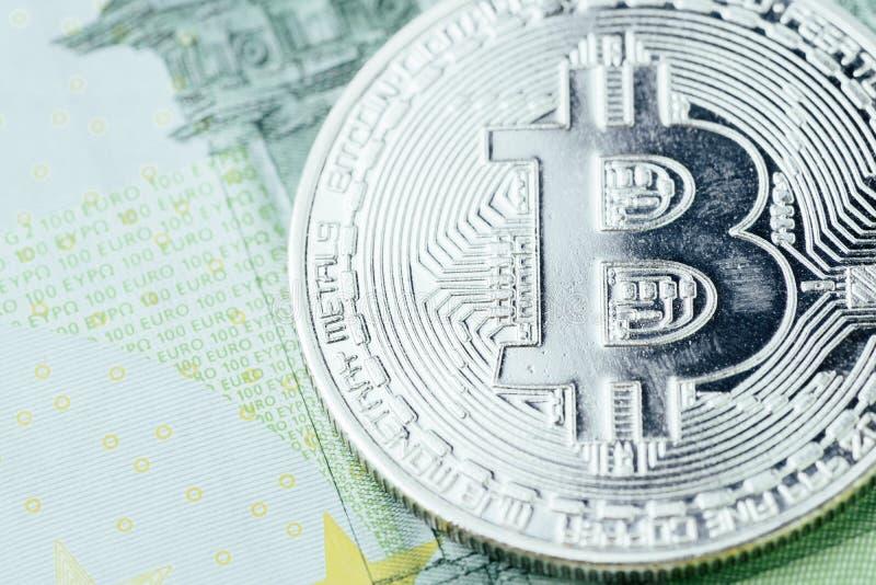 Zakończenie w górę Bitcoin badania lekarskiego monety z narysem na Euro banknotach używać jako niedźwiadkowy rynek, zysk lub stra obraz royalty free