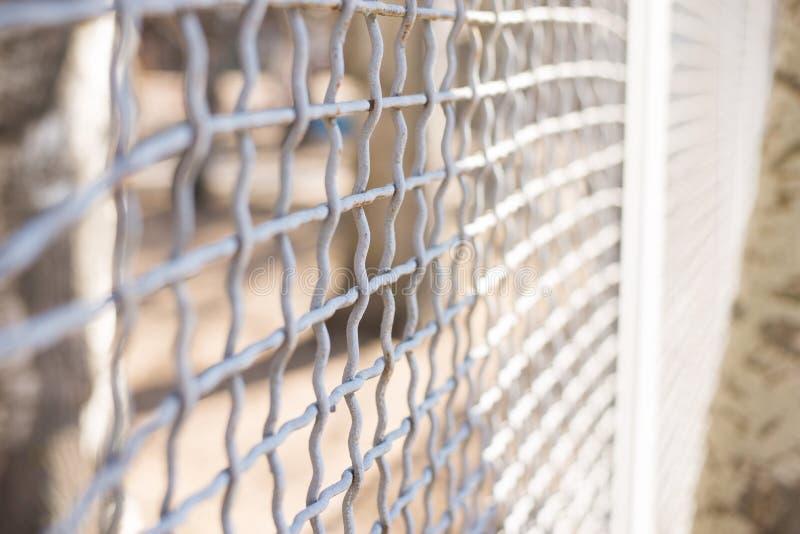 Zakończenie w górę drucianego ogrodzenia bramy czuje jak bloking i brakować wolność obraz royalty free