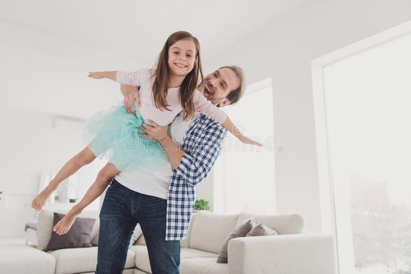 Zakończenie w górę fotografii trochę ona jej dziewczyna przystojna on on jego ojca chwyta princess jak samolotowa uradowana gemow zdjęcie stock