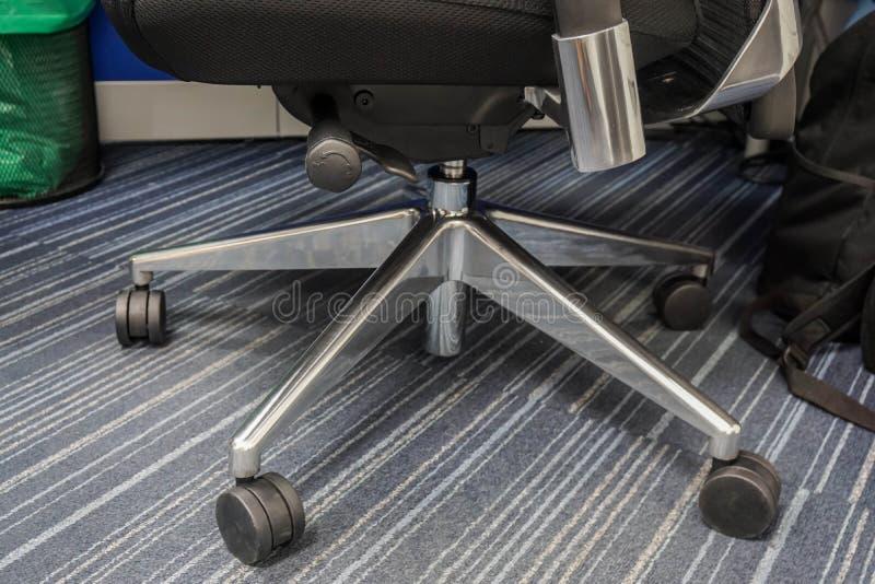 Zakończenie w górę kół swivel biurowy krzesło dla ludzie biznesu siedzeń fotografia royalty free