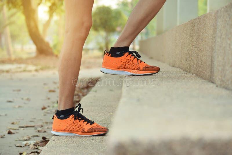 Zakończenie w górę kobiet iść na piechotę odprowadzenie w górę kroka dla sporta, zdrowego, pojęcie obrazy stock