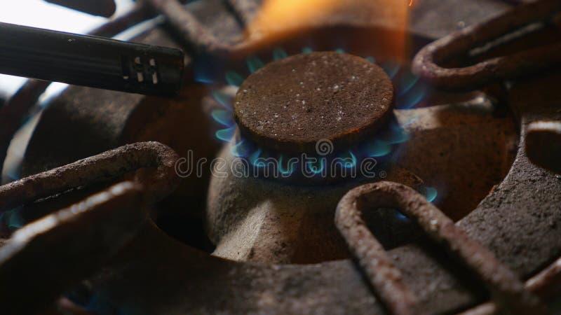 Zakończenie w górę szczegółu strzału stary ośniedziały kuchennej kuchenki pierścionek wyłaczający na ogieniu z lekkim płomienia p zdjęcie royalty free