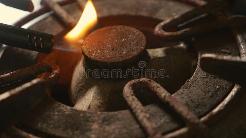 Zakończenie w górę szczegółu strzału stary ośniedziały kuchennej kuchenki pierścionek wyłaczający na ogieniu z lekkim płomienia p fotografia royalty free