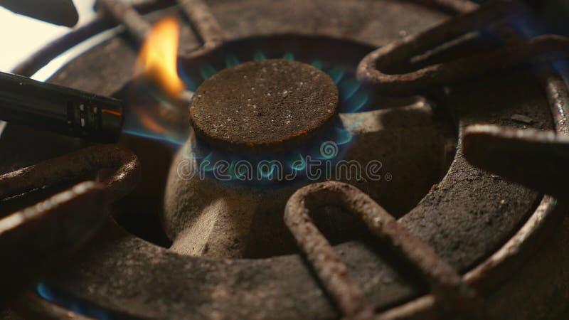 Zakończenie w górę szczegółu strzału stary ośniedziały kuchennej kuchenki pierścionek wyłaczający na ogieniu z lekkim płomienia p obraz stock