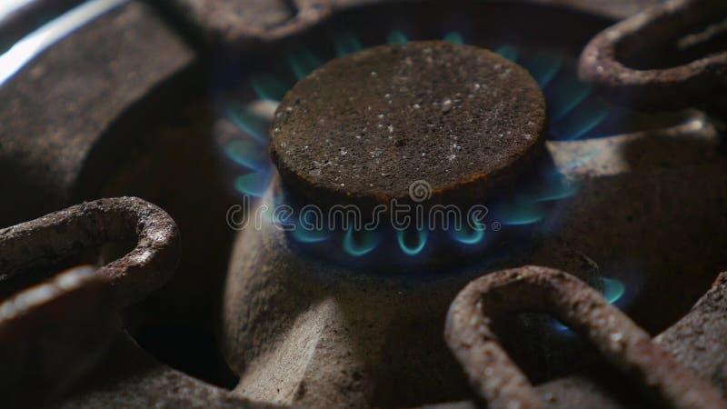 Zakończenie w górę szczegółu strzału stary ośniedziały kuchennej kuchenki pierścionku palenie po tym jak wyłaczający na ogieniu z fotografia stock