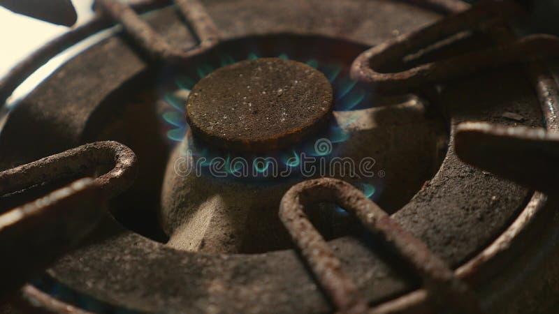 Zakończenie w górę szczegółu strzału stary ośniedziały kuchennej kuchenki pierścionku palenie po tym jak wyłaczający na ogieniu z zdjęcie stock