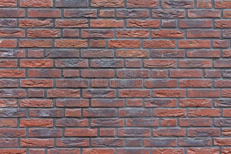 Zakończenia czerwone błękitne purpury zabarwiający ściana z cegieł zdjęcia royalty free