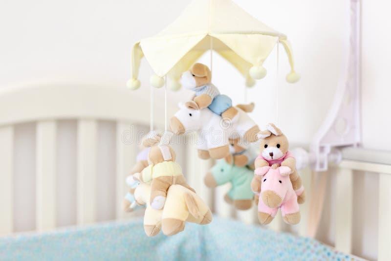 Zakończenia dziecka ściąga z muzykalną zwierzęcą wiszącą ozdobą przy pepiniera pokojem Wieszałam rozwija zabawka z pluszowymi pus zdjęcia stock