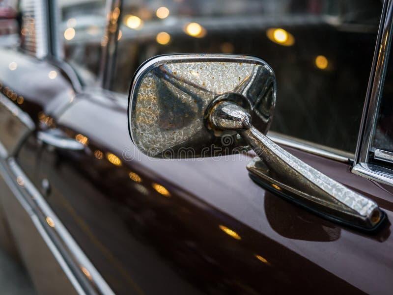 Zakończenia lustrzany sideview klasyczny samochód, więcej brudny pył zdjęcia royalty free
