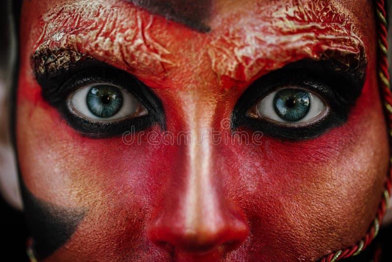 Zakończenia piękna sztuki makijażu czerwony portret Halloween kobiety czarownicy barok obrazy stock