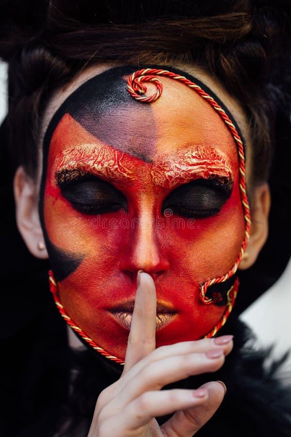Zakończenia piękna sztuki makijażu czerwony portret Halloween kobiety czarownicy barok zdjęcie stock