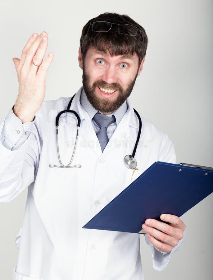 Zakończenia portret Doktorski mienie mapnik dla notatki, stetoskop wokoło jego szyi Jest gniewny i trząść jego rękę obraz royalty free