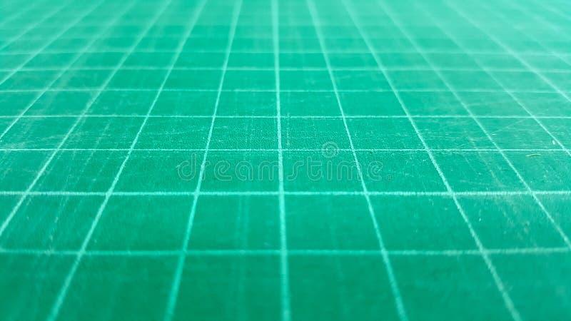 Zakończenia rozcięcia maty pieczątki zielony tło fotografia stock